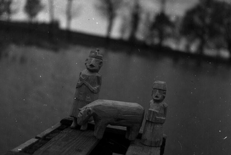 Rzeźby_(niewykończone)-_grajek,_ksiądz,_krowa_(?)._Wyk._Ignacy_Kamiński_-_Oraczew_-_000505n